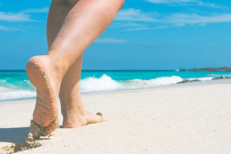 La marche à pieds sur le sable pour perdre du poids
